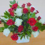 Bloemstuk 22 oktober 2017 Rozen, de bloemen van de liefde. Leefregel;  Romeinen 13:8  Wees elkaar niets schuldig, behalve liefde, want wie de ander liefheeft,  heeft de hele wet vervuld.