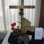 Goede Vrijdag 2017 Op Goede Vrijdag staan we stil bij het lijden en de kruisdood van Jezus.Een kleine kaars blijft branden bij het kruis. Het licht lijkt te doven, maar Gods liefde dooft nooit!