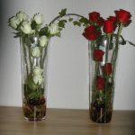 Bloemstuk 3 september 2017 De witte en rode kleur van de bloemen symboliseren het brood en de wijn, die we samen delen. De rozen staan voor de liefde van God voor ons
