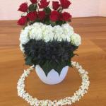 Zondag 5 mei 2019. Bevrijdingsdag. Rood wit blauw. Rode rozen: Echte vrede door het bloed van Christus! Witte bloemen: Vrede. Blauwe distel: Oorlog, pijn en lijden.