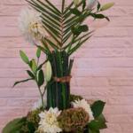 Bloemstuk 4 oktober 2020: Hoop Een bloemstuk voor de Israëlzondag. Een palmtak en  witte bloemen. Ze verwijzen naar vrede, toekomst en hoop.